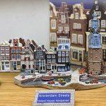 Miniaturen van Hollandse huizen by Amsterdam Streets